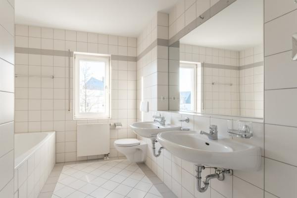 Wannen-Dusch-Bad mit Fenster